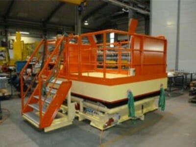 Fahrbare Hubarbeitsbühne in orange mit Treppe