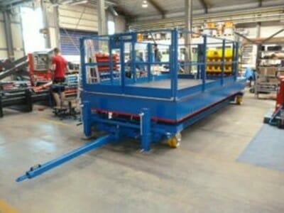 Fahrbare Hubarbeitsbühne in blau
