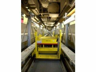 Arbeitshubwagen unterhalb einer aufgeständerten Gleisanlage