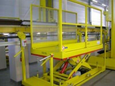 Arbeitshubwagen seitlich einer aufgeständerten Gleisanlage