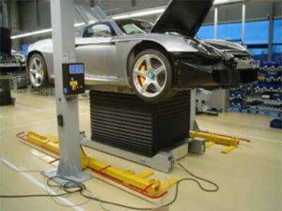 Photo Vehicle lifting platform with car