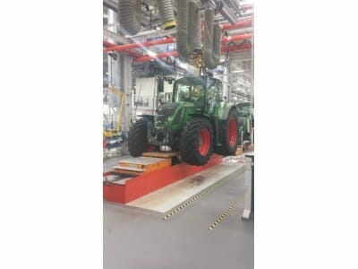 Photo Vehicle lifting platform for tractor