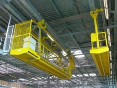 Mobile Dacharbeitsbühne fahrbar an der Deckenkonstruktion