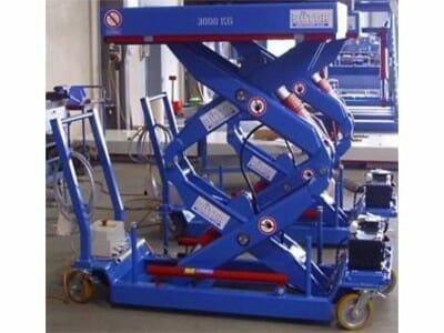 Mobile lifting table with double scissors