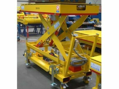 Mobile lifting table with floating platform