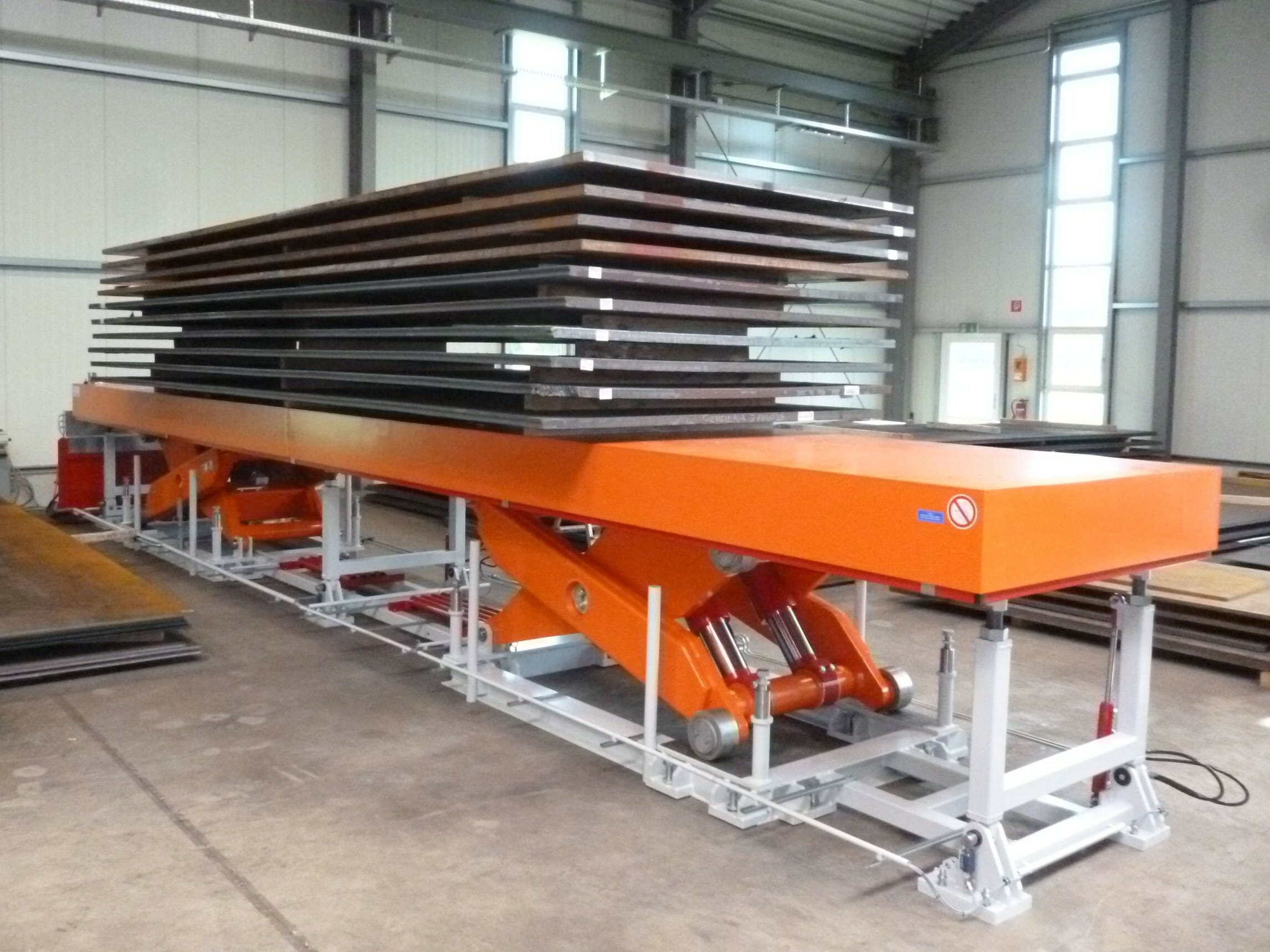 Figure Scissor stroke table in orange
