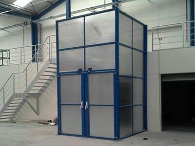 De lift van de goederen met deuren