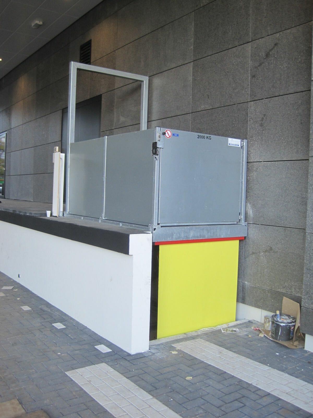 De lift van de goederen in geel