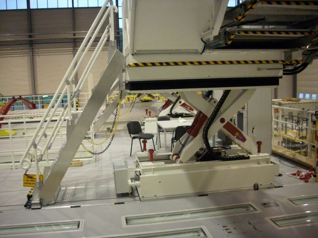 Fahrbare Hubarbeitsbühne mit Treppe